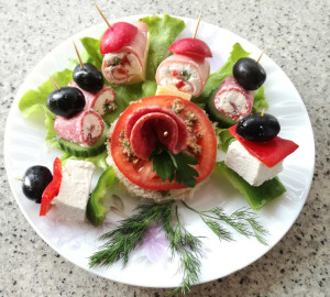 Сандвич с маслинова паста и зеленчукови шишчета и парти хапки