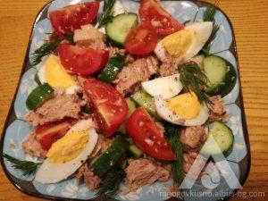 Салата с риба тон и зеленчуци.