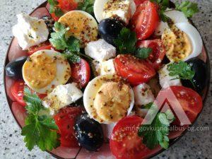 Салата с домати и краставици и варени яйца.